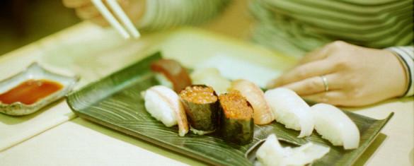ragazza mangia sushi
